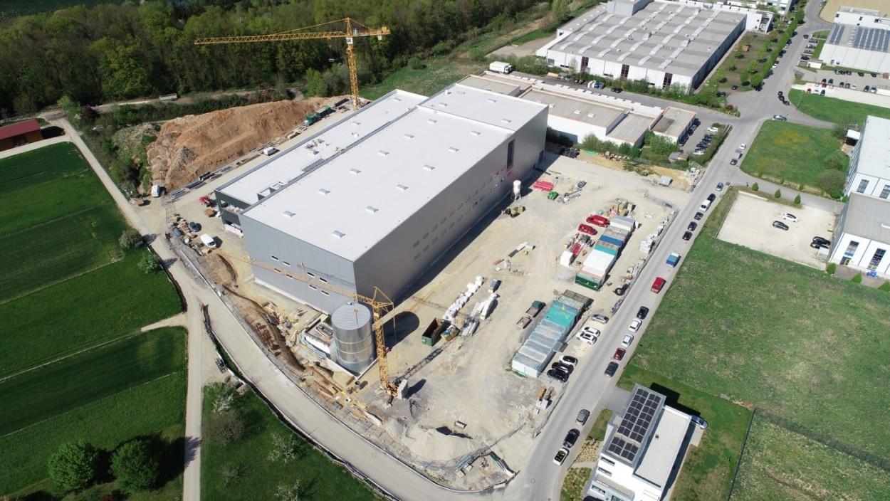 De ruwbouw is klaar : de opening van het nieuwe logistieke centrum van ERIMA nadert